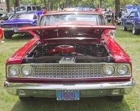 Vooraanzicht van een 1963 rood Ford Fairlane Stock Afbeelding