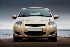 Vooraanzicht van een beige auto Stock Foto