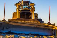 Vooraanzicht van een bulldozer met lepel, zware machines, grond bewegend materiaal, de grondslagindustrie royalty-vrije stock foto
