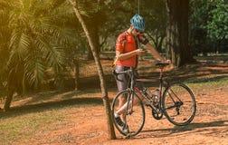 Vooraanzicht van een fietser opzij uw fiets die uw celtelefoon met behulp van stock afbeelding