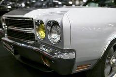 Vooraanzicht van een grote retro Amerikaanse spierauto Chevrolet Camaro SS Auto buitendetails Stock Foto's