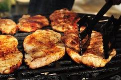 Vooraanzicht van een kippenborst op een grill Stock Foto