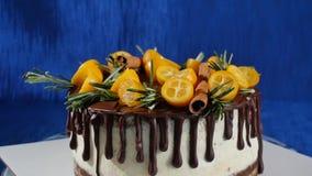 Vooraanzicht van een koekjescake Pastei met vruchten en bloemen Dichte eerlijke meningskoekje en roomcake De chocoladecake stock videobeelden