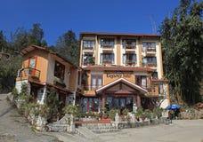 Vooraanzicht van een mooi klein hotel op een heuvel in Sapa-toerismestad, Vietnam Stock Foto's