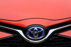 Vooraanzicht van een nieuwe, Japanse, hybride-aangedreven die auto na een zware stortbui wordt gezien royalty-vrije stock afbeelding