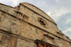 Vooraanzicht van een oude kerk in Stari Grad, hvar-Kroatië royalty-vrije stock afbeelding