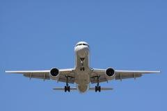 Vooraanzicht van een passangervliegtuig tijdens de vlucht Stock Fotografie
