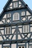 Vooraanzicht van een typisch helft-betimmerd huis met donkerblauw kader Royalty-vrije Stock Foto's