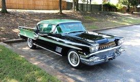 Vooraanzicht van een zeldzame groene antiquiteit 1958 Pontiac Bonneville Royalty-vrije Stock Afbeeldingen