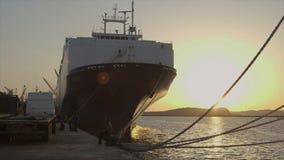 Vooraanzicht van gedokt schip bij zonsondergang, Conakry stock video