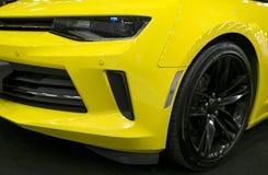 Vooraanzicht van geel Chevrolet Camaro 2017 Auto buitendetails Royalty-vrije Stock Afbeeldingen