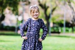 Vooraanzicht van gelukkig meisje in kleding die zich in het park bevinden royalty-vrije stock afbeeldingen