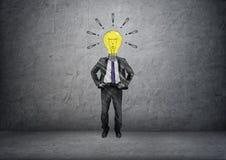 Vooraanzicht van getrokken lamp-geleide zakenman met uitroeptekens rond zijn hoofd Stock Afbeeldingen