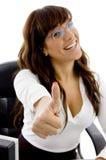Vooraanzicht van glimlachende vrouwelijke stafmedewerker Royalty-vrije Stock Fotografie