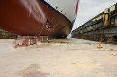 Vooraanzicht van groot cruiseschip bij droogdok Stock Foto