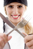 Vooraanzicht van het de vrolijke vork en mes van de kokholding Stock Afbeeldingen