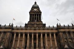 Vooraanzicht van het historische stadhuis van Leeds in West-Yorkshire stock afbeeldingen