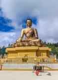 Vooraanzicht van het reuzestandbeeld van Boedha Dordenma met de blauwe hemel en de wolkenachtergrond, Thimphu, Bhutan Stock Foto's