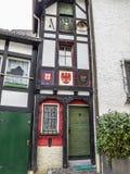 Vooraanzicht van het smalste huis in Blankenheim, Duitsland van Noordrijn-Westfalen met een breedte van 2 01 m stock foto