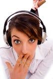 Vooraanzicht van het verraste vrouw luisteren aan muziek Royalty-vrije Stock Afbeelding