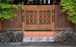 Vooraanzicht van ingangshout gesneden deur Stock Fotografie