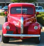 Vooraanzicht van jaren '40 modelFord 3100 rode oogstvrachtwagen Royalty-vrije Stock Afbeelding