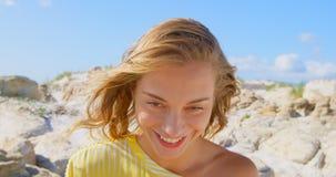 Vooraanzicht van jonge Caucasin-vrouw status op het strand 4k stock videobeelden