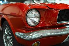 Vooraanzicht van Klassiek retro Ford Mustang GT Auto buitendetails Koplamp van een retro auto Royalty-vrije Stock Foto's