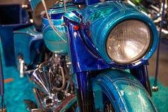 Vooraanzicht van metaal blauwe motorfiets met zilveren flitsen en verchroomd stock fotografie