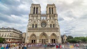 Vooraanzicht van Notre-Dame de Paris timelapse hyperlapse, een middeleeuwse Katholieke kathedraal op het Cite Eiland in Parijs stock video