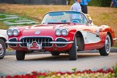 Vooraanzicht van rode retro auto Stock Foto's
