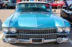 Vooraanzicht van smaragdgroene blauwe Cadillac-sedan Stock Fotografie