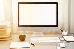 Vooraanzicht van workpark met het lege witte computerscherm, koffiekop, en boek in het huiswerk Onechte omhoog warme toon, 3d Stock Afbeeldingen