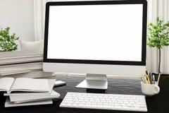 Vooraanzicht van workpark met het lege witte computerscherm, koffiekop, en boek in het huiswerk spot omhoog, 3d geef terug Stock Foto