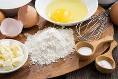 Voorbereide het bakken ingrediënten op een houten raad Royalty-vrije Stock Foto's