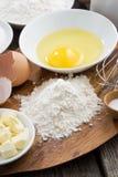 Voorbereide het bakken ingrediënten op een houten raad, hoogste mening Stock Afbeeldingen