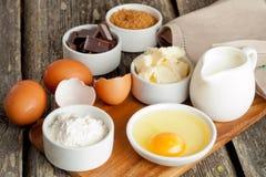 Voorbereide het bakken ingrediënten op houten horizontale lijst, Stock Foto's