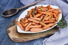 Voorbereide Honey Glazed Baby-wortelen Stock Fotografie