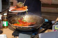 Voorbereide krabklauwen in Spaanse peperssaus bij het festival van het straatvoedsel stock afbeelding