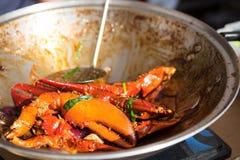 Voorbereide krabklauwen in Spaanse peperssaus bij het festival van het straatvoedsel royalty-vrije stock fotografie