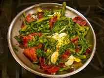 Voorbereide Polk Salat met eieren en bacon in metaalkom royalty-vrije stock fotografie