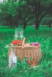 Voorbereide verjaardagslijst in de zomer groene tuin royalty-vrije stock afbeeldingen