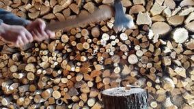 Voorbereidend brandhout, die hout met een bijl hakken 4K stock videobeelden