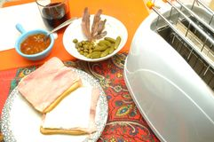 Voorbereidend een snack om honger te snijden versier sandwich stock foto's