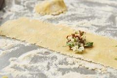 Voorbereidend eigengemaakte deegwaren voor het maken van tortellini royalty-vrije stock fotografie