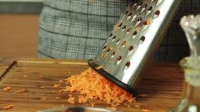 Voorbereidend groenten voor het koken van spaghetti Bolognese in de keuken stock video