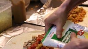 voorbereidend Mexicaans voedsel, die burritos in de keuken van Mexicaans restaurant maken stock video