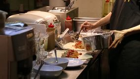 voorbereidend Mexicaans voedsel, die burritos in de keuken van Mexicaans restaurant maken stock videobeelden