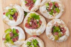 Voorbereidend paddestoelen met ham en peper worden gevuld die Royalty-vrije Stock Afbeelding