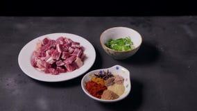 Voorbereidend verse ruwe vlees en ingrediënten voor het maken van kerrie stock video